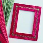 cadre en marqueterie de paille rose avec damier rose et vert